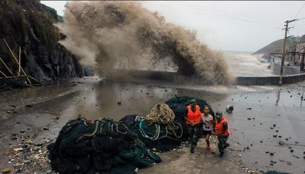 7月13日,福建省宁德市霞浦县海岛乡西洋岛大澳码头附近海面掀起20余