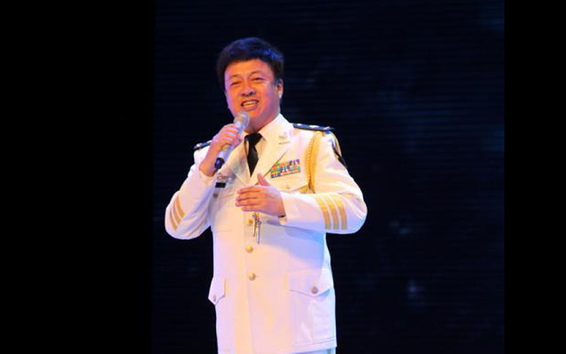 图为吕继宏演唱《水兵之歌》,《可爱的一朵玫瑰花》等歌曲.中新网