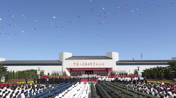 抗战纪念日七常委献花篮-图片专辑-文汇网