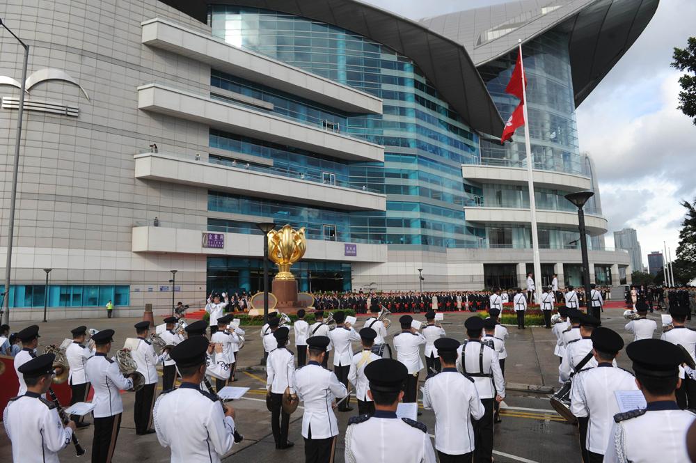 7月1日上午,香港特區政府在灣仔金紫荊廣場舉行隆重的昇旗儀式,熱烈慶祝香港回歸祖國19周年。來源:中新社