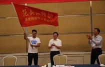 甘肅省副省長、省外宣領導小組副組長夏紅民現場向香港傳媒學子參訪團授旗。(大公報記者肖剛 攝)