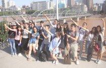 港學子在黃河邊興奮留影。(大公報記者張琰清 攝)