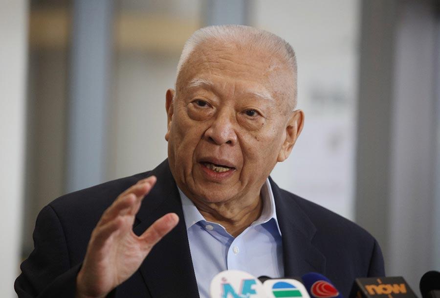 【董建華:以沉重和嚴肅心情去投票】全國政協副主席、前香港特別行政區行政長官董建華表示,是以沉重和嚴肅的心情去投票。他指香港面對嚴峻挑戰,需要一個有建設性和理性的立法會去解決。當中挑戰包括房屋、土地、年輕人上流機會、扶貧走向脫貧等。上屆立法會拉布嚴重影響社會及民生,亦剝削市民在2017年選舉特首的機會,他感到痛心。董建華希望每個可以投票的香港市民,都去選自己信得過的人代表自己,真正為香港建設更美好明天。(香港大公文匯傳媒集團整理)