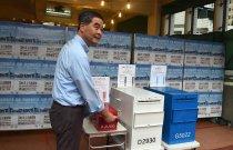 【梁振英:希望大家踴躍投票】香港特別行政區行政長官梁振英到票站投票後表示,希望大家踴躍投票,選出所支持的立法會議員。梁振英稱:「在我們的選舉法例底下是沒有棄選這個機制,所以在選票上所有候選人都是合資格的候選人,我相信選民會有他們自己的選擇。我們的選舉是民主選舉,在選舉當中的民主體現在什麼呢?是體現在選民自己的自由選擇,選民是不需要別人教他怎樣投票。多謝。」