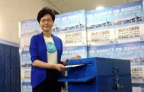 【林鄭月娥:為未來投信心一票】香港特別行政區政務司司長林鄭月娥今早到山頂僑福道票站投票後,呼籲已登記選民投票。林鄭月娥指出,過去幾年,我們看到議會上的紛爭不斷加劇,亦不斷地內耗,有時一些開拓經濟、改善民生的建議都被長時間的延誤,甚至是無疾而終。「面對這個現象,我完全理解部分市民感到很失望和無奈。但正由於這個現象,我希望每一位登記的選民都要珍惜他手裡面的選票,今日出來投票。他們的一票是為香港的未來投下信心的一票。」